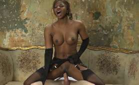 Naoliwione ciało seksownej murzynki - Priya Price - Naughty America