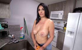Gorąca Lolita Victoria Valencia przyjmuje kutasa kolegi ojca